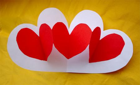 """Сложите красную бумагу гармошкой и вырежьте сердечки.  Сегодня  """"валентинкой """" называют открытку, адресованную любимому..."""