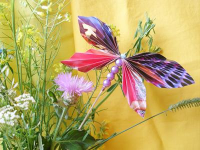 ножницы. глянцевый журнал. клей. шпажка. бусины.  Такую бабочку можно сделать для украшения цветочного букета.