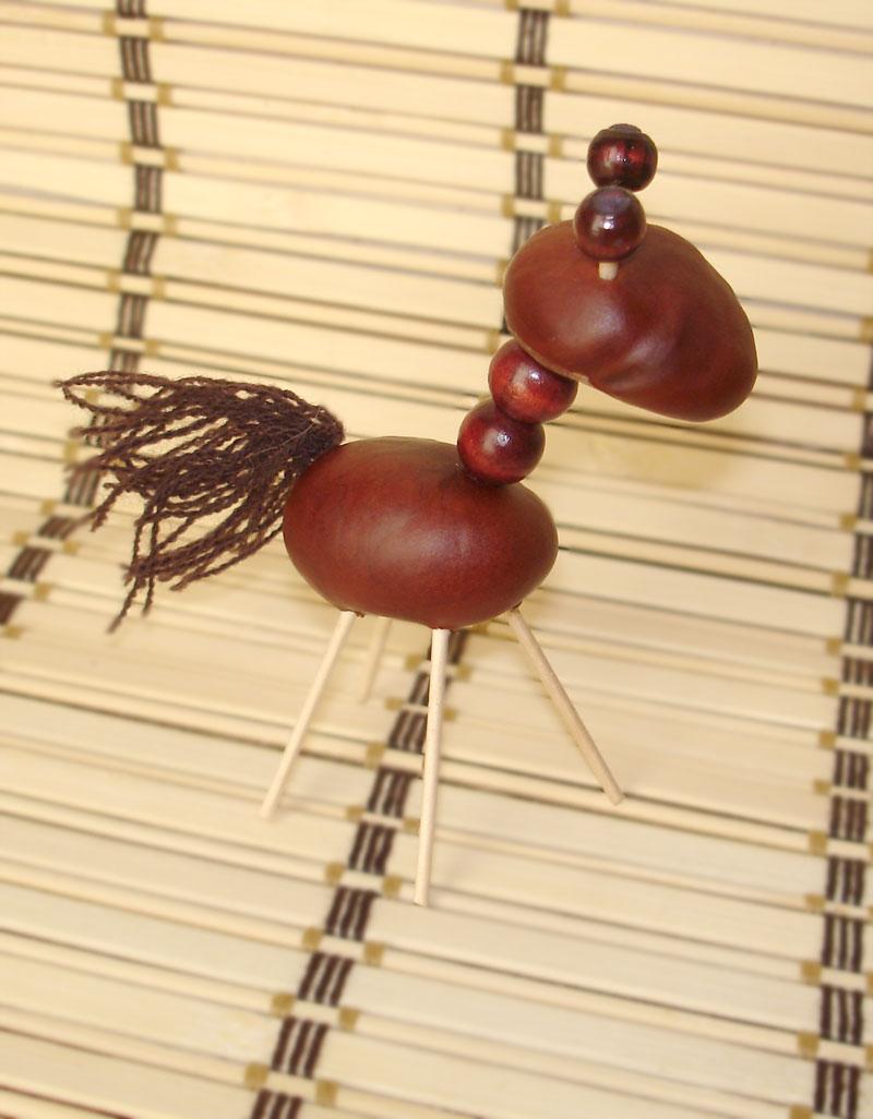 Самыми простыми детскими поделками из природного материала можно назвать поделки из каштанов и спичек.