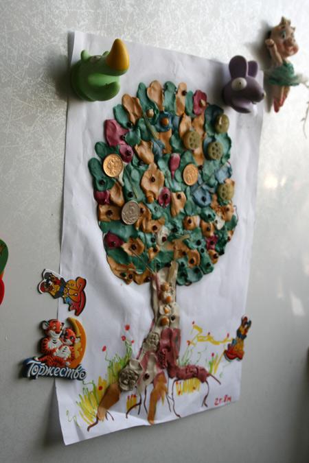 Яркое дерево из пластилина